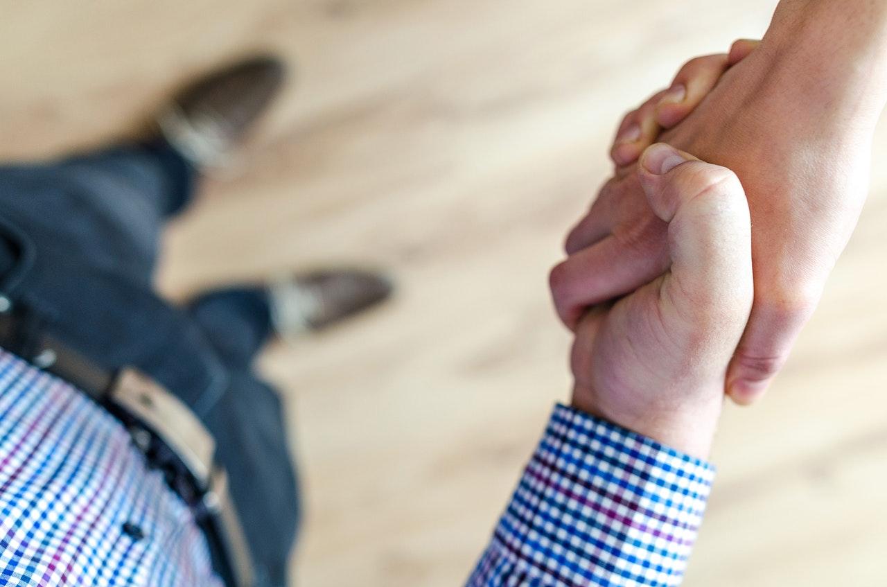 mãos se cumprimentando no atendimento imobiliário