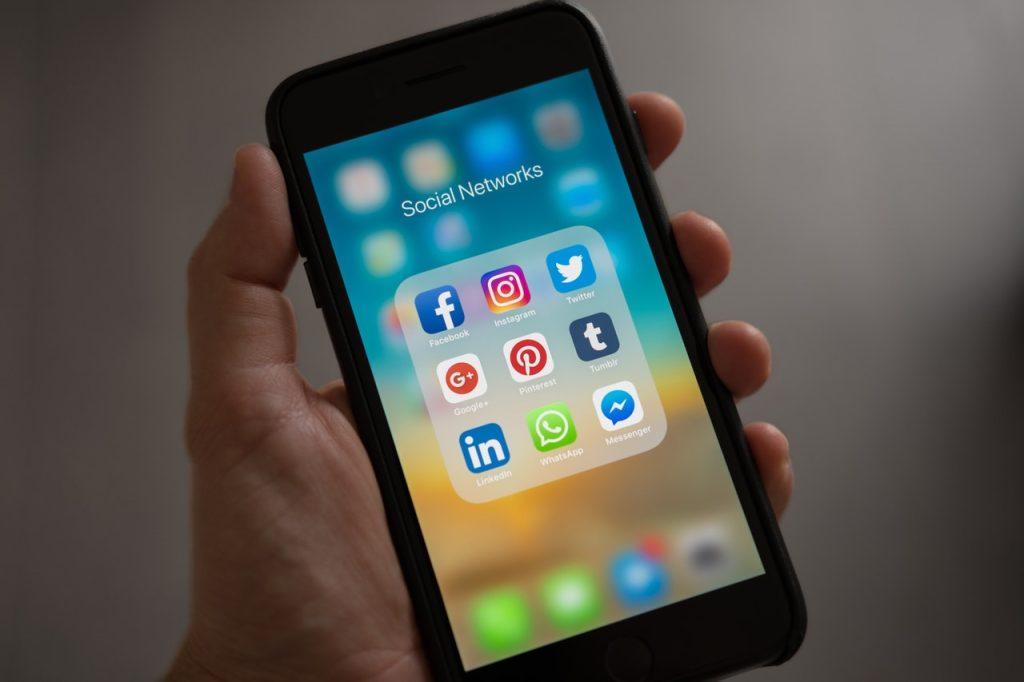 tela de um celular com marketing imobiliário