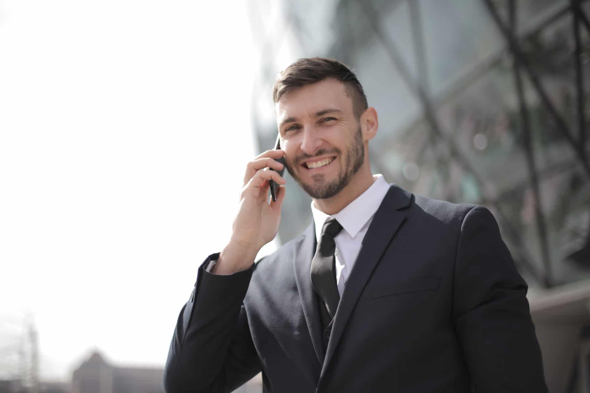 corretor de imóveis autônomo falando ao telefone celular